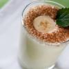 Как сделать молочный коктейль с бананом, клубникой, мороженым в блендере?